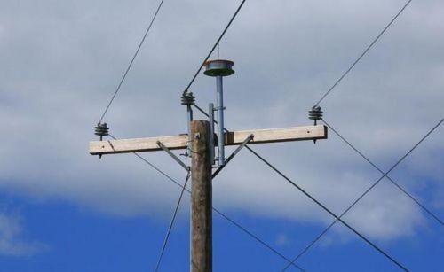 天线,安装在中压输电线路上