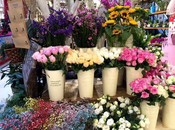 """既好看,又能吃.""""在一家创意礼品店,记者看到一款玫瑰八音盒."""